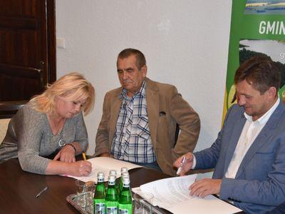 Zdjęcie przedstawia sołtysów Niemicy i Zielenicy oraz wicemarszałka Tomasza Sobieraja w siedzibie malechowskiego urzędu podczas podpisania umowy na granty sołeckie.