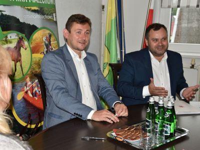 Zdjęcie przedstawia wójta Radosława Nowakowskiego i wicemarszałka Tomasza Sobieraja w siedzibie malechowskiego urzędu podczas podpisania umowy na granty sołeckie.