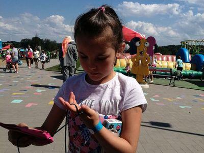 Zdjęcie przedstawia wychowankę Placówki Wsparcia Dziennego z Kusic w parku rozrywki Pomerania.
