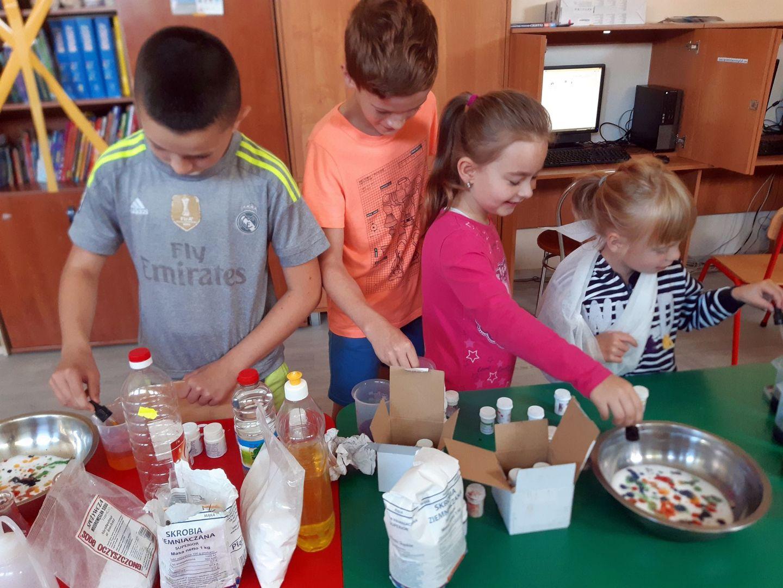 Zdjęcie przedstawia wychowanków Placówki Wsparcia Dziennego z Niemicy w trakcie przeprowadzania eksperymentów.