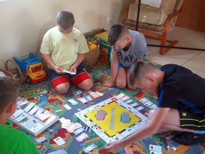 Zdjęcie przedstawia wychowanków Placówki Wsparcia Dziennego w Kosierzewie podczas zabaw w świetlicy.