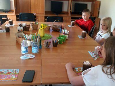 Zdjęcie przedstawia wychowanków Placówki Wsparcia Dziennego w Kosierzewie podczas zajęć języka angielskiego.