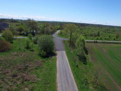 Zdjęcie przedstawia nową nawierzchnię drogi, czyli krzyżówkę Pięćmiechowo - Wiekowo - Jeżyczki.