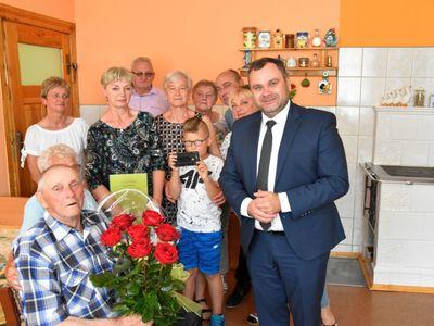 Zdjęcie przedstawia Jubilata Stanisława Filipiaka z Pękanina z rodzinką i wójta Radosława Nowakowskiego