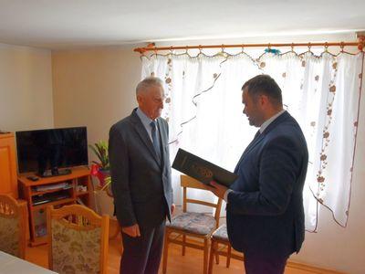 Zdjęcie przedstawia Jubilata Stanisława Struzika z Niemicy z wójtem Radosławem Nowakowskim, odczytującym list gratulacyjny.