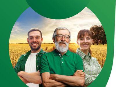 Zdjęcie przedstawia plakat promocyjny Powszechnego Spisu Rolnego 2020, trzy osoby: młodego mężczyznę, starszego mężczyznę i młodą kobietę, a w tle łany zbóż.