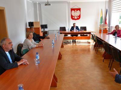 Zdjęcie przedstawia członków Społecznej Rady Zakładu Opieki Społecznego podczas posiedzenia w sali konferencyjnej malechowskiego urzędu.
