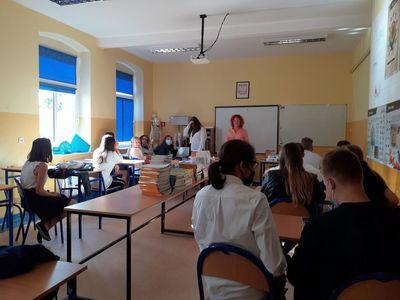 Zdjęcie przedstawia nauczycielkę oraz uczniów z SP Niemica podczas rozpoczęcia roku szkolnego 2020/2021.