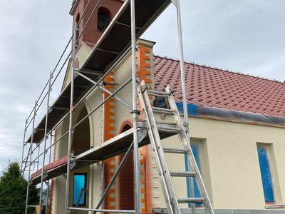 Zdjęcie przedstawia dom przedpogrzebowy w Malechowie i rusztowania.