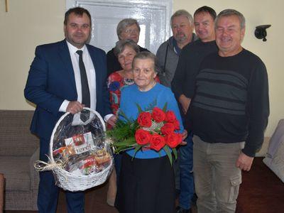 Zdjęcie przedstawia Jubilatkę Annę Konarską wraz z wójtem Radosławem Nowakowskim oraz jej dziećmi.