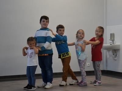 Zdjęcie przedstawia dzieci w Świetlicy Kultury podczas zajęć rytmiki.