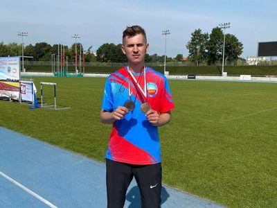 Zdjęcie przedstawia Rafała Zagajewskiego pozującego ze zdobytymi medalami.