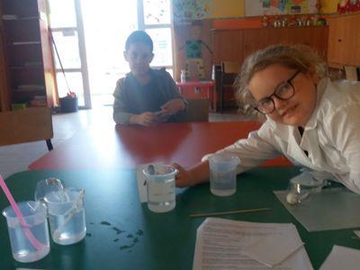 Zdjęcie przedstawia wychowanków PWD w Laskach podczas zajęć fizyczno- chemicznych z elementami matematyki.