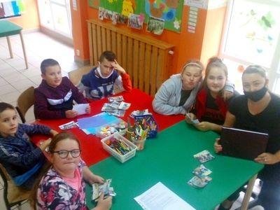 Zdjęcie przedstawia wychowanków wraz z wychowawcą z PWD z Lasek na zajęciach dziennikarsko-teatralnych.