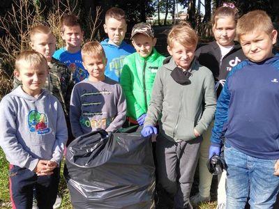 Zdjęcie przedstawia klasę 3 ze Szkoły Podstawowej w Niemicy podczas sprzątania.