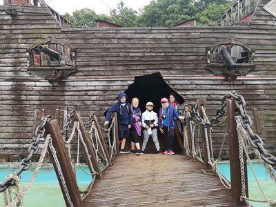 Zdjęcie przedstawia grupę dzieci z PWD Pękanino podczas wycieczki w Sea Parku w Sarbsku.