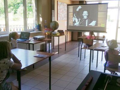 Zdjęcie przedstawia dzieci z PWD w Sulechowie podczas oglądania prezentacji multimedialnej.