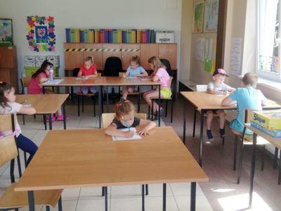 Zdjęcie przedstawia dzieci z Pwd w Sulechowie podczas wykonywania prac plastycznych.