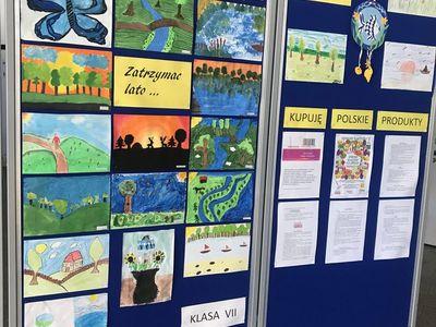 Zdjęcie przedstawia tablicę z pracami wykonanymi przez uczniów z SP Lejkowo.