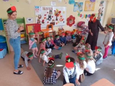 Zdjęcie przedstawia przedszkolaków wraz nauczycielami z Przedszkola w Niemicy podczas obchodów Dnia Jabłuszka.