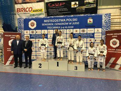 Zdjęcie przedstawia zawodniczki Mistrzostw Polski Seniorek Judo na podium, w tym brązową medalistę z gminy Malechowo, Ilonę Chruszcz.
