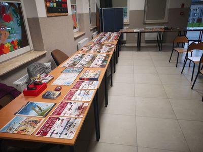 Zdjęcie przedstawia kolekcję pamiątek historycznych oraz materiałów edukacyjnych Pana Roberta Barana.