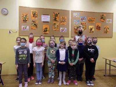 Uczniowie klasy II z wychowawcą z SP Niemica prezentują wystawę prac plastycznych z liści.