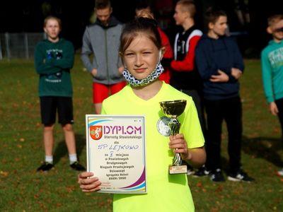 Nina Łysko w imieniu drużyny dziewcząt odebrała puchar i dyplom za zajęcie II miejsca w zawodach.