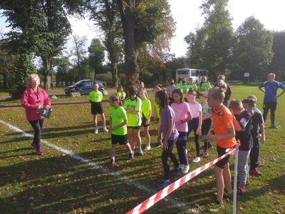 Dziewczyny z SP Lejkowo przed rozgrzewką.