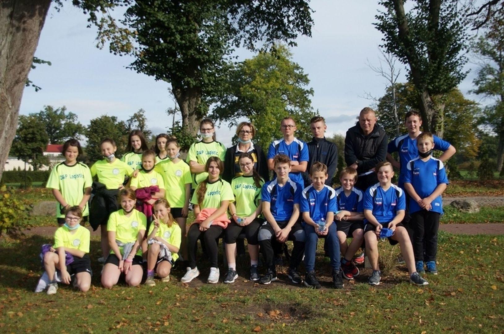 Reprezentacja dziewcząt i chłopców SP Lejkowo w drużynowych biegach przełajowych.