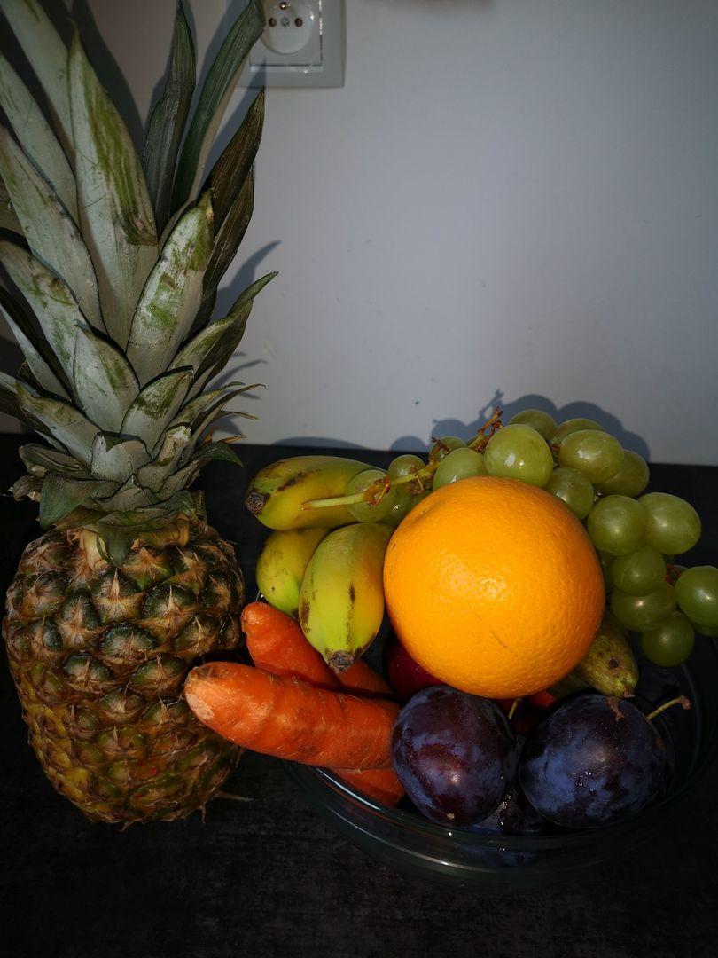 Zdjęcie przedstawia owoce przygotowane do wykonania smoothie.