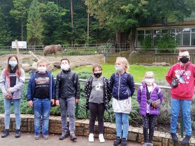 Grupa dzieci z Sulechowa podczas wizyty w gdańskim zoo.
