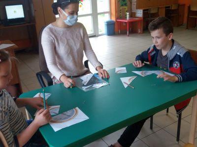 Dzieci i wychowawczyni PWD Laski podczas zajęć przyrodniczych.