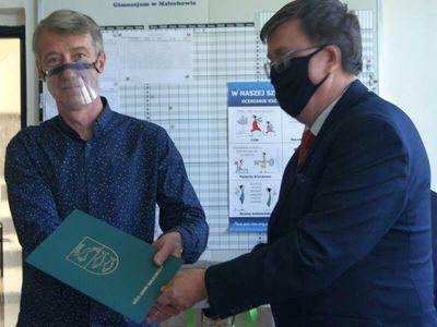 Dyrektor malechowskiej placówki wręcza nagrodę Wójta informatykowi Dariuszowi Bartosowi.