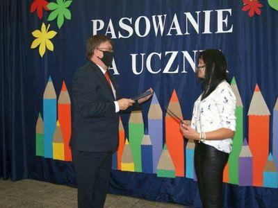 Dyrektor malechowskiej placówki wręcza nagrodę anglistce Adriannie Gabryś.