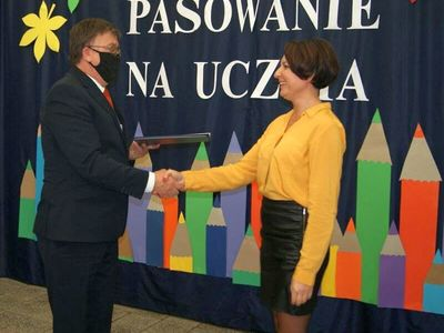 Dyrektor malechowskiej placówki wręcza nagrodę Dyrektora polonistce Elizie Wróblewskiej - Hencel.