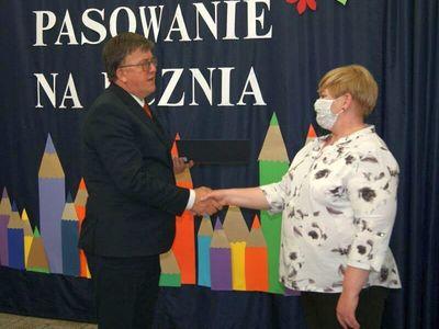 Dyrektor malechowskiej placówki wręcza nagrodę Dyrektora.