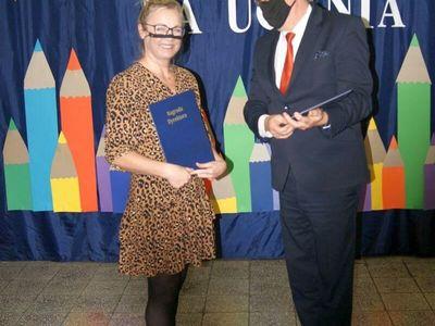 Dyrektor malechowskiej placówki wręcza nagrodę Dyrektora Danucie Siekluckiej.