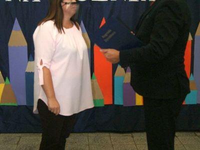 Dyrektor malechowskiej placówki wręcza nagrodę Dyrektora Ewie Buchar.