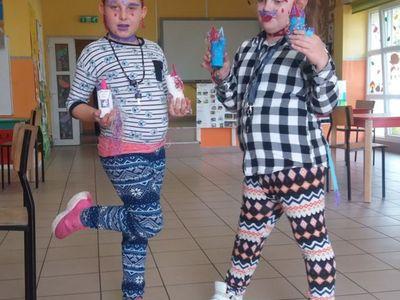 Dziewczynki z PWD Laski z  kolorowymi jednorożcami z papieru.