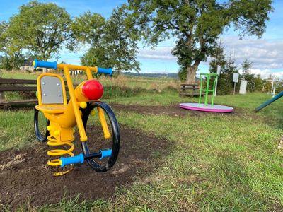 Nowe elementy zabawowe na placu zabaw w Borkowie, zakupione w ramach programu Społecznik 2019-2021.