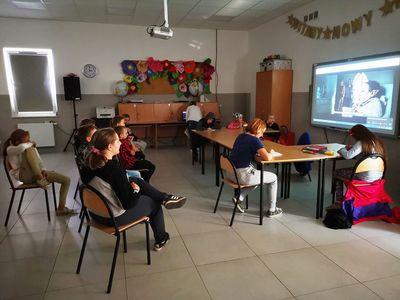 Uczestnicy zajęć z PWD Kusice podczas oglądania filmu.