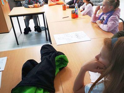 Dzieci z PWD Kusice podczas zajęć matematyczno- przyrodniczo- chemicznych.