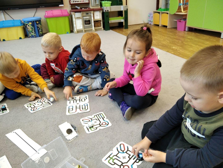 Dzieci z Przedszkola w Ostrowcu podczas zajęć kodowania.