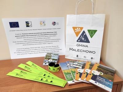 Mapa turystyczna oraz gadżety promocyjne Gminy Malechowo zakupione w ramach projektu