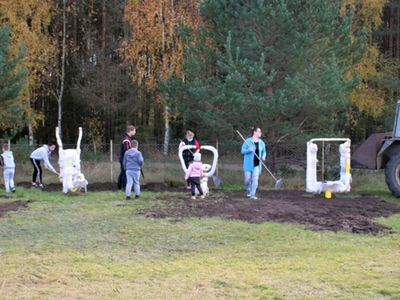 Mieszkańcy Zielenicy podczas montażu i prac porządkowych - teren rekreacyjny w Zielenicy.