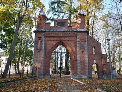 Brama wjazdowa na teren posiadłości