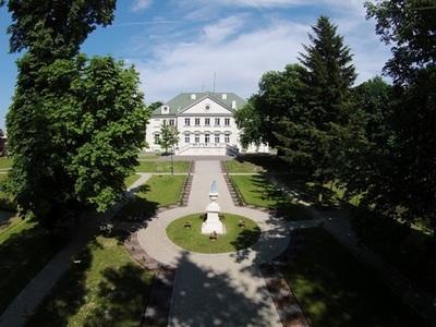 Pałac  Suchodolskich z dalszej perspektywy