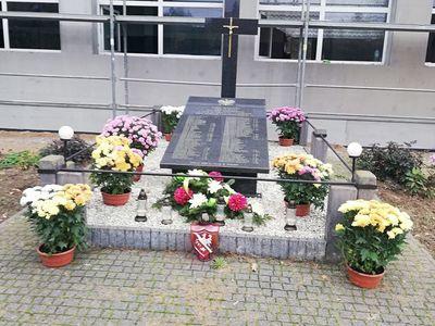 Chryzantemy przy pomniku pamięci w Wólce Szczeckiej