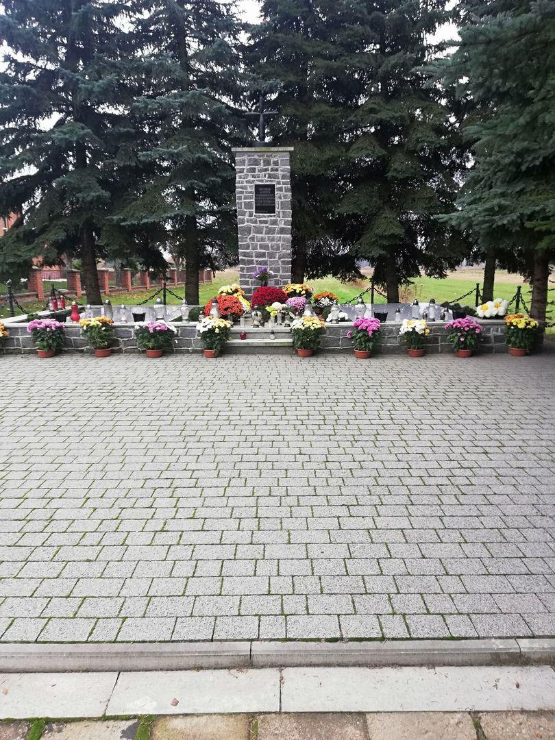 Chryzantemy przy pomniku pamięci w Szczecynie